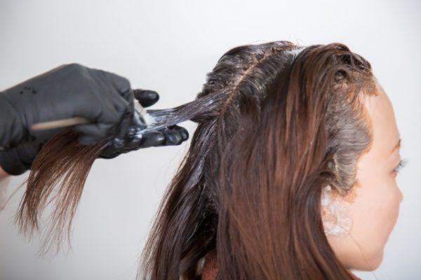 薄毛予防のために美容院でヘアカラー